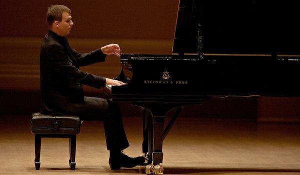 اجرای Rhapsody No 2 توسط Adam Gyorgy